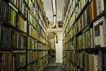 Luboš Růžička třídí knihy v jedné z uliček antikvariátu, který se stěhuje..