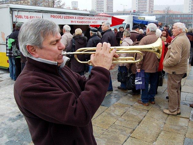 Fronta na uzeniny na farmářském trhu v únoru 2013 u mosteckého Repre. Pak se trh zrušil. Nový, zkušební se bude konat v sobotu 30. května na 1. náměstí u radnice.