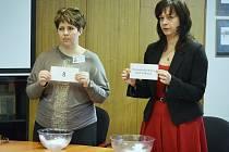 Úřednice magistrátu losují čísla pro lednové senátní volby na Mostecku.