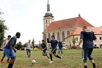 Mostečtí fotbalisté začali přípravu na druhou ligu u děkanského kostela.