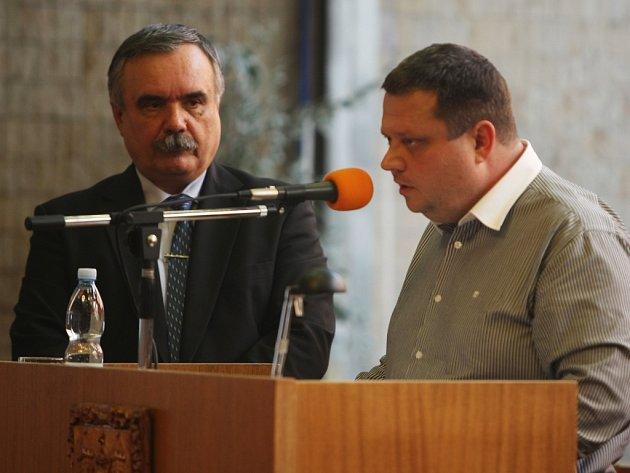 Dubnové zasedání mosteckého zastupitelstva, kde Sdružení Mostečané Mostu, zastoupené Janem Syrovým (vpravo), odvolalo primátora Vlastimila Vozku (vlevo) kvůli stále vyšetřované kauze MBA.