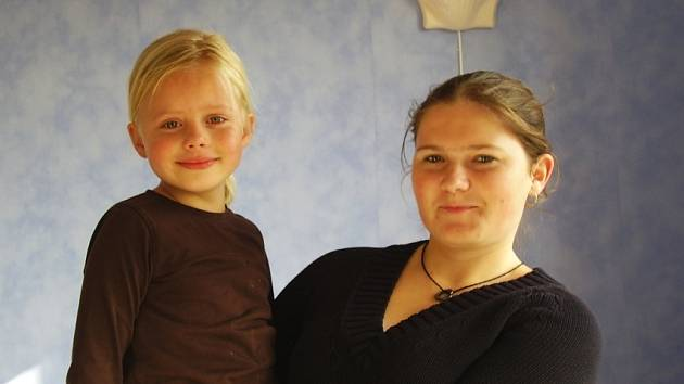 Au-pair Vlasta Stehlíková z Mostecka drží jedno z pěti dětí, o které se stará v rodině v Utrechtu.