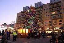 Charitativní svařák se na 1. náměstí v Mostě bude prodávat do 22. prosince.