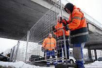 V Litvínově začaly přípravy na demolici mostu nad ulicí Mezibořská. Platí dopravní omezení.