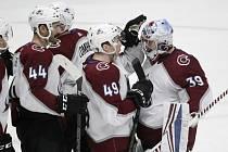 Brankář hokejistů Colorada Pavel Francouz (vpravo) se raduje se spoluhráči z vítězství na ledě Nashvillu.