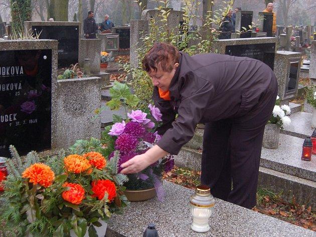 Dušičky na litvínovském hřbitově.
