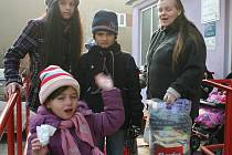 Děti odcházejí z dětského domova.