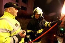 Hasiči zasahovali u požáru odpadu v opuštěném objektu