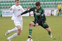 Mostecký záložník Stanislav Hofmann (vlevo) v souboji s jedním hráčů Sokolova.