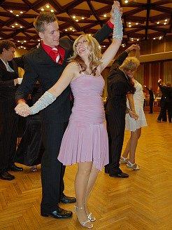 Mladá dvojice se učí kroky známých i méně známých tanců.