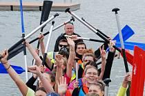 Závody dračích lodí v areálu jezera Matylda v Mostě
