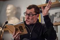 Básník Daniel Hradecký je se svou básnickou sbírkou Přibližování dřeva nominován na prestižní literární cenu Magnesia Litera.