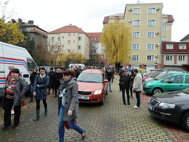 Pracovníci Krušnohoru opouštějí budovu a přes služební parkoviště se evakuují do ulic Vladislava Vančury a Mikoláše Alše.