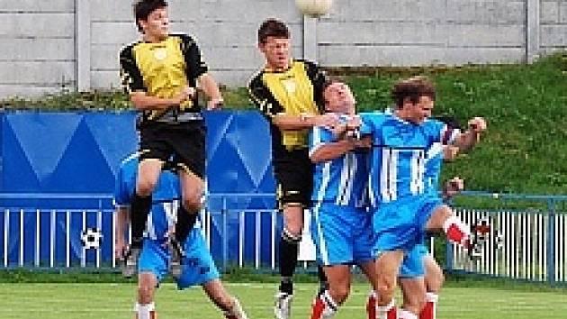 Litvínovští hráči (vyskočili nejvíše) prohlráli v předkole poháru ČMFS ve Vilémově vysoko 0:4.