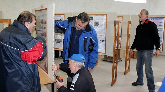 Práce na instalaci expozice nově vznikajícího muzea někdejšího žateckého letiště.