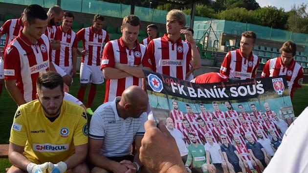 Momentka ze začátku týdne, kdy se divizní fotbalisté Souše společně fotili na týmový plakát.