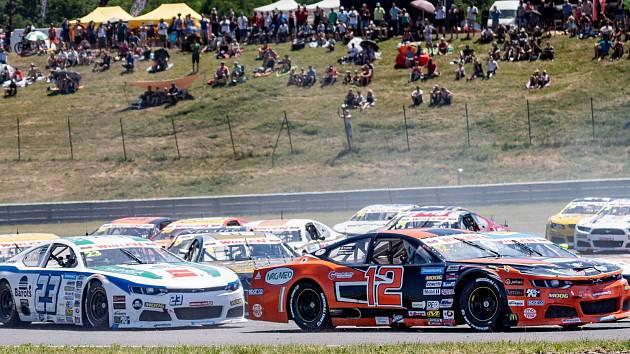Loňské závody NASCAR na mosteckém autodromu.