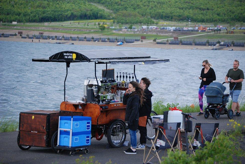 Možnosti občerstvení u jezera Most se postupně zlepšují
