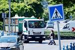 Dva přechody pro chodce v mostecké ulici ČSA u gymnázia patří mezi nejobávanější ve městě. Jezdí tu hodně aut. V pondělí 18. května dopoledne přejelo přes zebry každé tři sekundy jedno auto.