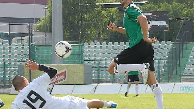 Fotbalistům Mostu (v zeleném Knakal) začala dnes letní příprava před druhou ligou.