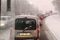 Situace na silnici vedle vrchu Lajsník v Mostě v 8 hodin ráno. Foceno z autobusu linky 30.