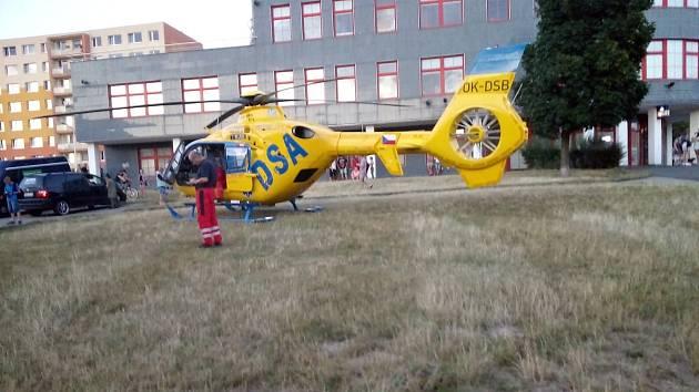 Pro zraněnou ženu do Mostu přiletěl vrtulník. Na základnu se ale vracel prázdný