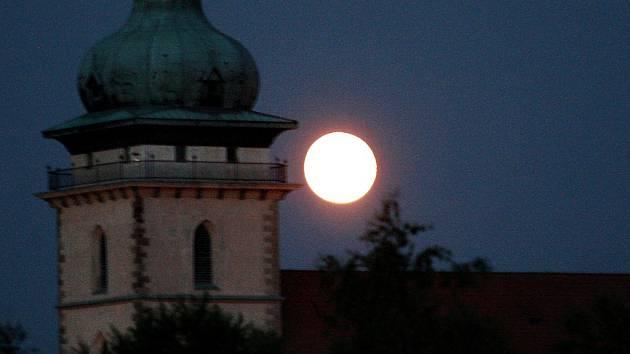 Měsíc v úplňku nad věží přesunutého kostela v Mostě. Ilustrační foto.