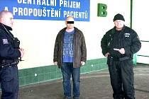 Strážníci u nemocnice kontrolovali opilého řidiče.
