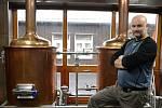 Ve Ski areálu Klíny mají minipivovar Emeran. Je součástí hotelového komplexu Emeran, v jehož restauraci se pivo čepuje i prodává v lahvích. Na snímku sládek Martin Grund.