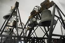 Zvony ve věži přesunutého kostela v Mostě
