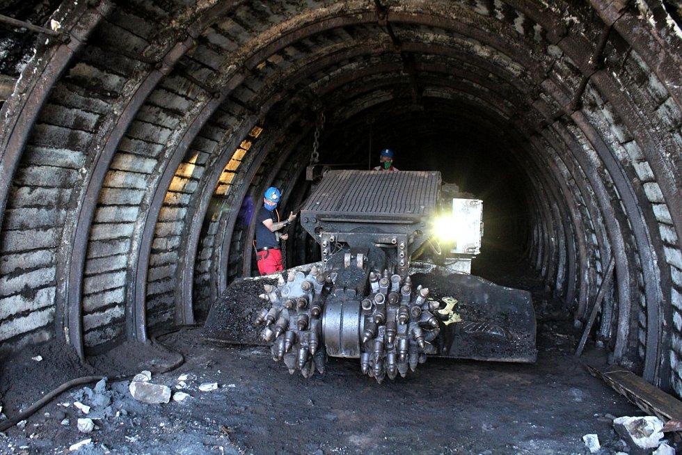 Ze štoly v povrchovém dole Československé armády pod Jezeřím vyjel poslední razící bagr