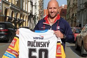 Martin Ručinský a jeho dres k oslavě narozenin.