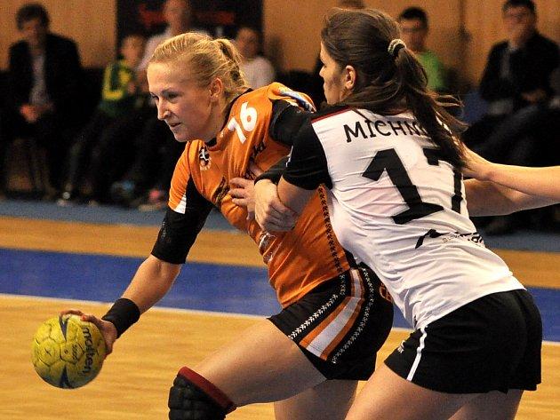 Kamila Vysloužilová z týmu Černých andělů (v oranžovém) se probíjí obranou Partizánského.