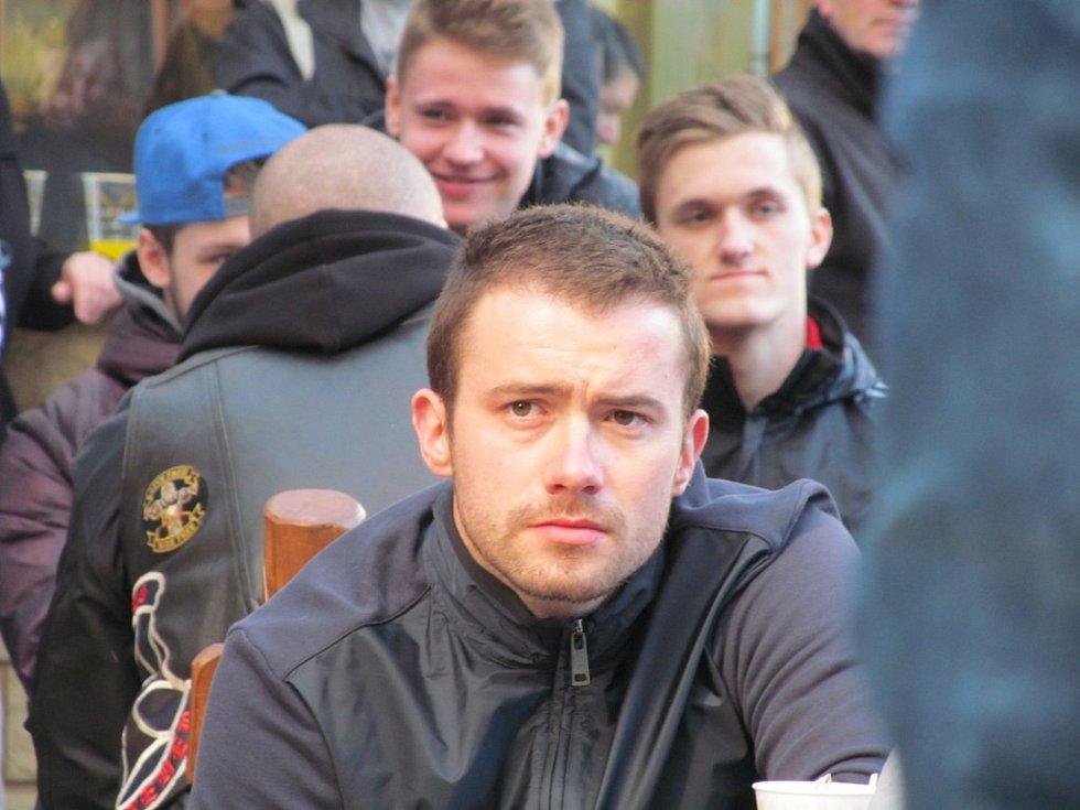Jakub Petružálek. Za ním vpravo je Kristian Reichel.