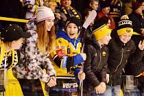 Fanoušek a hokejista Lukáš Mácha s hokejkou darovanou Samsonem Mahbodem.