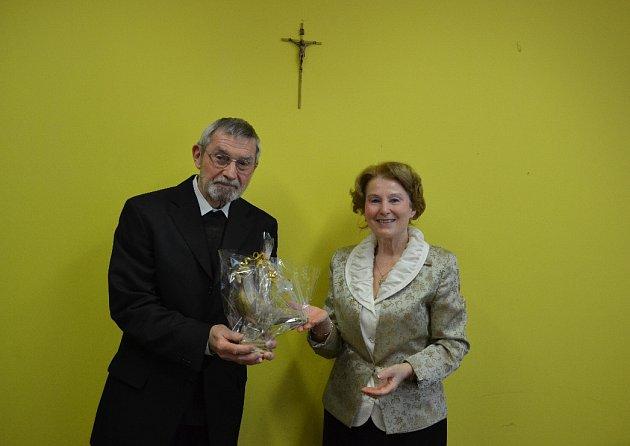 Páteru Benešovi předala vMostě cenu Mostečanka Brigita Janovská, držitelka holubice od roce 2012.