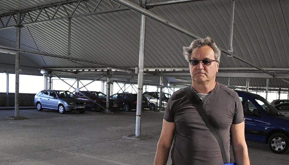 Karel Vránek z bloku 519 parkuje v sousední velké garáži, které není plně obsazena.