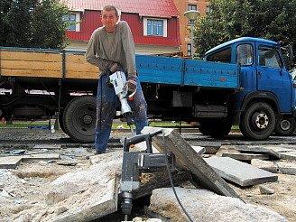 Jan Vlasák pracuje na nové dlažbě na litvínovském náměstí Míru.