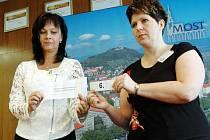 Losování čísel pro volební strany v Mostě.