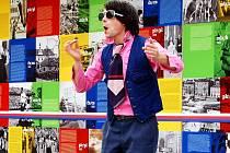 Před radnicí v Mostě byla před pěti lety výstava Cirkus totality připomínající život v socialismu.