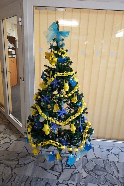 Na hlavní poště vMostě se zdobil vánoční strom