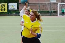 Litvínovská útočnice Zdeňka Bilohuščínová zatížila konto hostující brankářky hned 11 brankami, momentka z druholigového utkání národní házené KNH Litvínov – Spartak Modřany.