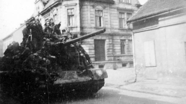 Tenkrát a dnes aneb 8. květen 1945 a květen 2021 v Louce u Litvínova.