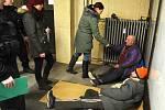Sociální pracovnice se strážníky na nádraží v Mostě hovořily s bezdomovci a nabízely jim pomoc.