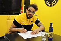 Hokejista Akim Aliu podepisuje smlouvu s Litvínovem.