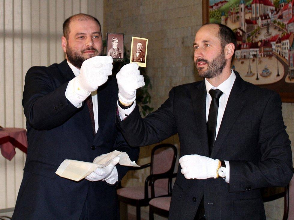 Otevření schránky se chopili ředitel muzea Michal Soukup (vlevo) a mostecký primátor Jan Paparega
