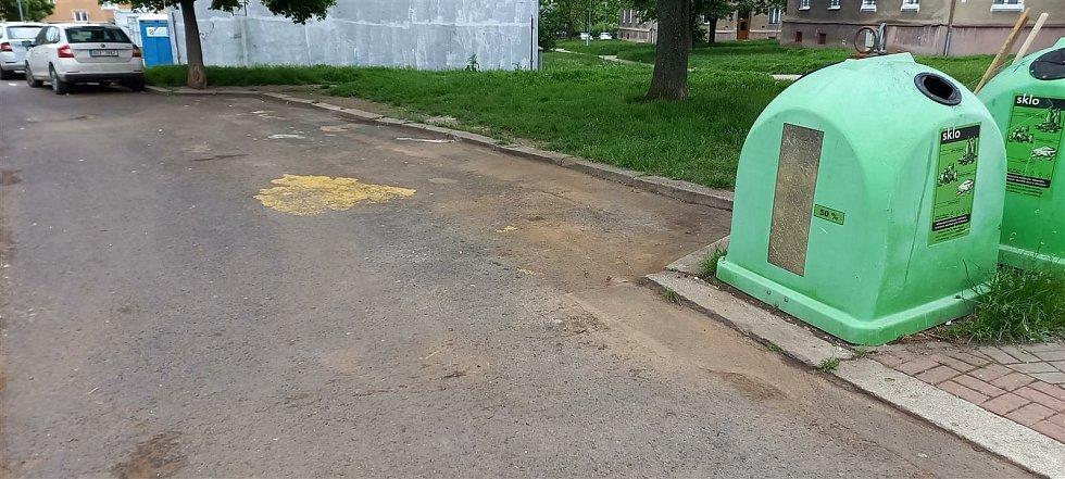 Mostecký magistrát nechal uklidit problémové místo u kontejnerů v ulici Antonína Dvořáka u bloku 85.