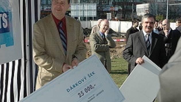 Jiří Kurcin předává šek na 25 tisíc.