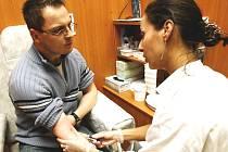 Některé nemoci ledvin se odhalí po odběru krve.