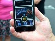 Muž v Souši ukazuje míru hluku u rodinných domů poblíž autodromu, rok 2015..